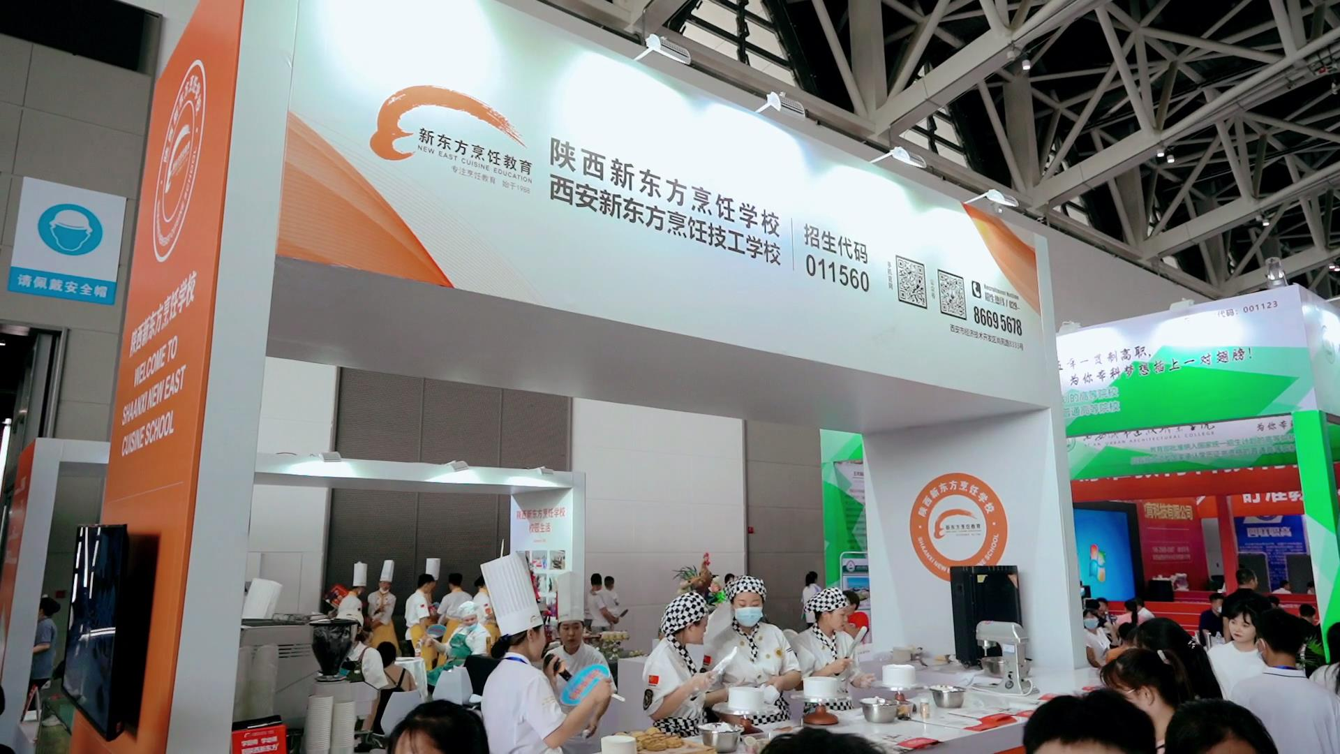 西安市2021年中考招生咨询会―陕西新东方展台前比肩叠踵人气爆棚