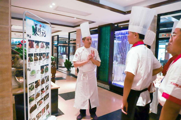 罗振宇解读新东方厨师学校毕业生满意度100%