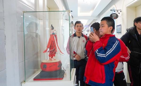 经开六中学生参观陕西新东方烹饪学校
