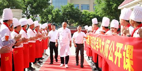企业大咖进校园 传授精湛烹饪技法 助力学子成才路!