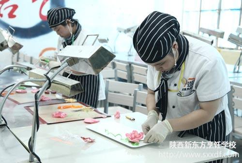 专业1302班冷拼参赛者李禹臻的作品迎客松正在等待评委打分,站在一