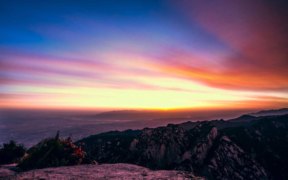 华山是第一批国家重点风景名胜区,建议想看日出的小伙伴可夜爬,或坐缆