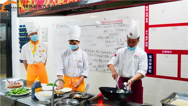 """<p>陕西新东方烹饪学校自建校以来,不断深化""""校企合作""""办学内容,匹配优质企业学生资源信息,开设校企合作定向班。与旺顺阁(北京)投资管理有限公司成立定向班以来,已经形成了健全的管理机制、有着完善的教学体系,目前,已经输送了大批优秀毕业学子奔赴岗位,并有不少学生已经发展成为企业的中流砥柱。 <p>近日,在校企双方共同努力下,旺顺阁大融城店厨师长崔小龙走进校园,开展为期3天的定向班培训。培训开始时,崔小龙分别把企业的文化、管理理念等介绍给同学们,同时还给同学们详细讲述了开班以后的课程安排。并要求学生:此次培训,将严格按照企业的用人标准进行授课,希望大家可以充分利用课堂时间,做好重点技巧的记忆,做好课后基本功的练习,顺利的通过结业考核,进入企业,共同成长。  <p>校企合作是当前职业教育模式下应用广泛、人才培养全面、就业渠道完善的合作模式。校企双方互相支持、互相渗透、双向介入、优势互补、资源互用、利益共享,是实现职业教育现代化,促进生产力发展,是教育与生产可持续发展的重要途径。""""旺顺阁班""""的开班,搭建了学校、企业与学生三方交流平台,不仅为旺顺阁有针对性地培养了人才,也将旺顺阁的理念带入校园,更使学生成为技能扎实、综合素质强的烹饪人才。"""